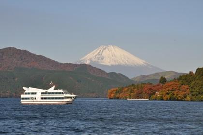 芦ノ湖遊覧船と富士