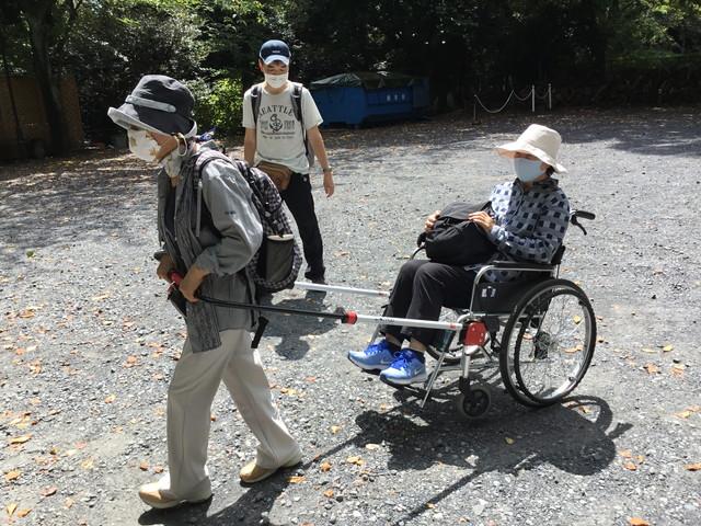 車いすけん引具「JINRIKI」活用_砂利道