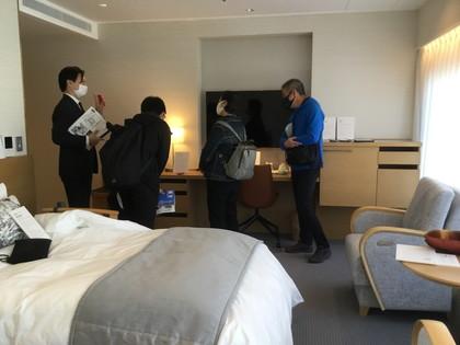 京王プラザホテルのユニバーサルルームを見学する参加者